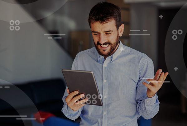 lugar de trabajo digital, hombre con tablet en la mano