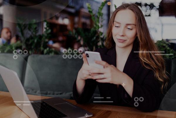 mujer digital trabajando en cafetería