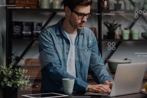 hombre tecleando en una computadora portátil